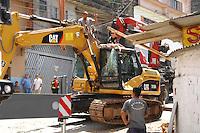 OSASCO, SP - 30.01.2012 - ACIDENTE TRATOR / OSASCO - Um trator tomba na rua Tenente Antonio Casagrande, altura numero 179/185, na Jardim Santo Antonio em Osasco , na Grande Sao Paulo. O trator despencou do caminhao que o levava para obras de recapiamento na Avenida Antonio Casagrande. O acidente ocorreu nesta segunda-feira por volta das 7 horas da manha e nao deixou feridos. (FOTO: RENATO SILVESTRE - NEWS FREE).