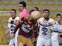 BOGOTA -COLOMBIA, 22-09-2015. Rochiert Leichtweis (Der) jugador de Deportes Tolima (COL) disputa el balón con Arnaldo Gimenez (Izq) arquero de Sportivo Luqueño (PAR) durante partido de ida por los octavos de final, llave D, de la Copa Sudamericana 2015 jugado en el estadio Metropolitano de Techo de la ciudad de Bogotá./ Rochiert Leichtweis (R) player of Deportes Tolima (COL) vies for the ball with Arnaldo Gimenez (L) goalkeeper  of Sportivo Luqueño during the first leg match for the knockout round of the Copa Sudamericana 2015 played at Metropolitano de Techo stadium in Bogota city. Photo: VizzorImage / Gabriel Aponte / Staff