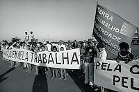 """Manifestantes aguardam comitiva de deputados para discutir problemas no campo e reforma agr·ria, o deputado MÈrio Juruna desce do avi""""o.  Outro polÌtico È o deputado JosÈ Genoino Neto, ex guerrilheiro que retorna a esta regi""""o 11 anos depois da guerrilha do Araguaia.<br /> S""""o Geraldo do Araguaia, Par·, Brasil<br /> Foto Paulo Santos/Interfoto<br /> 1983"""