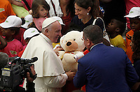 Papa Francesco saluta un gruppo di bambini al termine dell'udienza generale del mercoledi' in aula Paolo VI, Citta' del Vaticano, 3 agosto 2016.<br /> Pope Francis greets a group of children at the end of his weekly general audience in the Paul VI hall at the Vatican, 3 August 2016.<br /> UPDATE IMAGES PRESS/Isabella Bonotto<br /> <br /> STRICTLY ONLY FOR EDITORIAL USE
