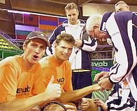 De stemming zit er in  bij het Nederlandse team tijdens de training vandaag vlnr: Paul Haarhuis, Sjeng Schalken coach Tjerk Bogstra en fysio Jan Naaktgeboren