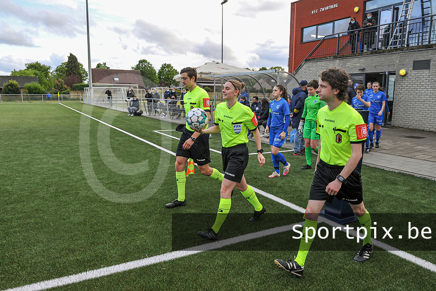 assistant referee Gianni Seeldraeyers , referee Viki De Cremer  and assistant referee Maarten Linart entering the field befotre a female soccer game between Sporting Charleroi and Eendracht Aalst on the 8th matchday in play off 2 of the 2020 - 2021 season of Belgian Scooore Womens Super League , tuesday 18 th of May 2021 in Marcinelle , Belgium . PHOTO SPORTPIX.BE | SPP | STIJN AUDOOREN