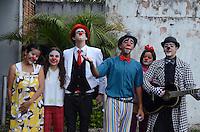 SAO BERNARDO DO CAMPO, 10 DE DEZEMBRO DE 2011 - DIA DO PALHACO - Grupo de palhaços divertem pessoas em São Bernardo do Campo, em frente o teatro Elis Regina, na tarde deste sábado. (FOTO: ALEXANDRE MOREIRA / NEWS FREE)