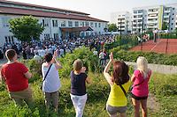 """Auf einer Buergerversammlung mit ca. 500 Teilnehmern im Berliner Plattenbaubezirk Hellersdorf entlud sich am Dienstag den 9. Juli 2013 der blanker Rassismus gegen eine geplante Unterkunft fuer syrische Buergerkriegsfluechlinge. Etwa 2/3 Anwesende aeusserten, es solle """"zuerst was fuer Deutsche getan werden"""", """"das Heim anzuenden"""", """"Wer sein Heimatland verlaesst ist ein Verraeter"""", """"Wer denkt an unsere Kinder"""" und aehnliche Parolen gegen das Fluechtlingsheim. Veranstaltungsteilnehmer, die Verstaendnis fuer die Buergerkriegsfluechtlinge aeusserten, wurden niedergebruellt.<br />Im Bild: Zuschauer der Veranstaltung applaudieren einem Beitrag der gegen die Fluechtlinge hetzt.<br />9.7.2013, Berlin<br />Copyright: Christian-Ditsch.de<br />[Inhaltsveraendernde Manipulation des Fotos nur nach ausdruecklicher Genehmigung des Fotografen. Vereinbarungen ueber Abtretung von Persoenlichkeitsrechten/Model Release der abgebildeten Person/Personen liegen nicht vor. NO MODEL RELEASE! Don't publish without copyright Christian-Ditsch.de, Veroeffentlichung nur mit Fotografennennung, sowie gegen Honorar, MwSt. und Beleg. Konto:, I N G - D i B a, IBAN DE58500105175400192269, BIC INGDDEFFXXX, Kontakt: post@christian-ditsch.de<br />Urhebervermerk wird gemaess Paragraph 13 UHG verlangt.]"""