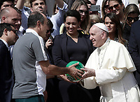Papa Francesco riceve in dono un pallone dalla squadra brasiliana del Chapecoense al termine dell'udienza generale del mercoledì in piazza San Pietro, Città del Vatican. 30 agosto 2017.<br /> Pope Francis receives a ball as gift by member of Brazilian soccer team Chapecoense at the end of his wednesday general audience in Saint Peter's square at<br /> the Vatican on August 30, 2017.<br /> UPDATE IMAGES PRESS/Isabella Bonotto<br /> <br /> STRICTLY ONLY FOR EDITORIAL USE