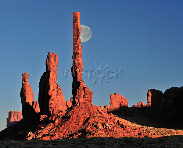 USA, Arizona, Navajo Reservat, Monument Valley, Landschaft, Natur, Wueste, Felsen, Amerika, 2010; QF;  Mond hinter Totem pole, Navajo Indian Reservation,Monument Valley Tribal Park, Arizona,USA (M) Montage<br /> <br /> (Bildtechnik: sRGB, <br /> 64.63 MByte vorhanden)