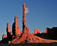 USA, Arizona, Navajo Reservat, Monument Valley, Landschaft, Natur, Wueste, Felsen, Amerika, 2010; QF;  Mond hinter Totem pole, Navajo Indian Reservation,Monument Valley Tribal Park, Arizona,USA (M) Montage<br /> <br /> (Bildtechnik: sRGB, <br /> 64.63 MByte vorhanden)