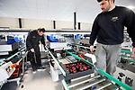 Foto: VidiPhoto<br /> <br /> HERVELD – Personeel van Sormatech Benelux draait dinsdag de eerste pruimen over de snelste en modernste electronisch-mechanische sorteerband van Nederland. De gloednieuwe sorteermachine uit Spanje is de afgelopen weken geïnstalleerd in de pasgebouwde bedrijfshal van B&B Fruit in Herveld (Gld) en wordt de komende week getest en afgesteld. Met de modernste sorteermachine van Nederland heeft de pruimenteler nog maar eenderde van het personeel nodig van wat normaal bij het sorteren gebruikelijk is. Bestellingen kunnen bovendien tot op de honderdste gram nauwkeurig ingepakt en snel geleverd worden. Ook de kwaliteit (hard/zachtheid) van de vruchten kan handmatig ingesteld worden. De machine wordt door B&B gebruikt voor het inpakken van pruimen, maar is ook geschikt voor appels en peren.