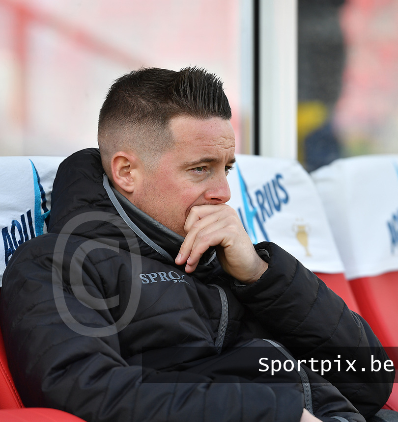 Essevee's head coach Angelo Gaytant pictured during a female soccer game between Zulte Waregem and the KAA Gent Ladies on the fourth matchday of the 2020 - 2021 season of Belgian Scooore Womens Super League , saturday 10 October 2020  in Waregem , Belgium . PHOTO SPORTPIX.BE | SPP | DAVID CATRY
