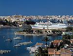 Spanien, Balearen, Menorca, Mahon: Stadt und Hafen mit Kreuzfahrtschiff | Spain, Balearic Islands, Menorca, Mahon: Town and Harbour with cruise ship