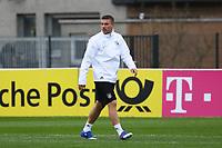 Lukas Podolski (D) fühlt beim Abschlusstraining noch einmal das Gras der Sportschule Kaiserau - 21.03.2017: Abschlusstraining Deutsche Nationalmannschaft