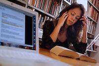 Studentessa nella sua casa mentre studia. Student in her home while studying....