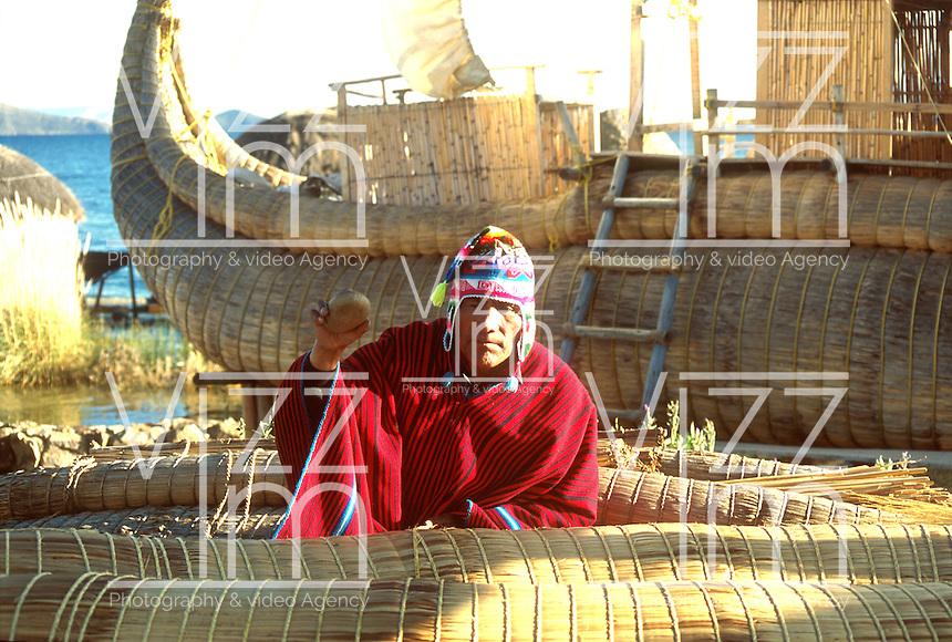 LAGO TITICACA-BOLIVIA. 08-09-2007. Los habitantes locales que viven junto al lago, conocido como el origen de la civilización Inca, han conservado hasta hoy la tradición de fabricar sus barcas en totora (planta que crece silvestre en el Titicaca). Locals living near the lake, known as the origin of the Inca civilization, have kept up the tradition today of making their boats in cattail (plant that grows wild in the Titicaca). (Photo: VizzorImage)
