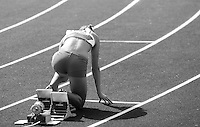 Eine Sprinterin wartet im Startblock auf den Beginn des Rennens. Foto: Jan Kaefer / aif
