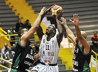 BOGOTA - COLOMBIA: 06-05-2013: Tayron (Cent.) Piratas de Bogotá, disputa el balón con Garcia (Izq.) y Barlow (Der.) de  Aguilas de Tunja mayo  6 de 2013. Piratas y Aguilas de Tunja disputaron partido de la fecha 11 de la fase II de la Liga Directv Profesional de baloncesto en partido jugado en el Coliseo El Salitre. (Foto: VizzorImage / Luis Ramirez / Staff) Tayron (C) of Pirates from Bogota disputes the ball with Garcia (L) and Barlow (R) of Aguilas from Tunja May 6, 2013. Piratas and Aguilas de Tunja disputed a match for the 11 date of the Fase II of the League of Professional Directv basketball game at the Coliseo El Salitre. (Photo. VizzorImage / Luis Ramirez / Staff)