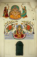 """Asie/Inde/Rajasthan/Udaipur: Le """"City Palace"""" palais du roi sur le lac Pichola (D'une longueur de près de 500M, ce vaste ensemble de marbre et de granit fut érigé à partir du règne d'Udai Singh (1537-1572) fondateur de la ville) - peinture représentant Ganesh (dieu de la prospérité) et Lakshmi (déesse de la richesse)"""