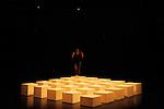 Peuplé, dépeuplé de Christian et François Benaïm<br /> <br /> Chorégraphie : Christian et François Benaïm<br /> Danse : François Benaïm<br /> Cadre : <br /> Date : 02/05/2016<br /> Lieu :  Théâtre de Rungis<br /> Ville : Rungis<br /> © Laurent Paillier / photosdedanse.com