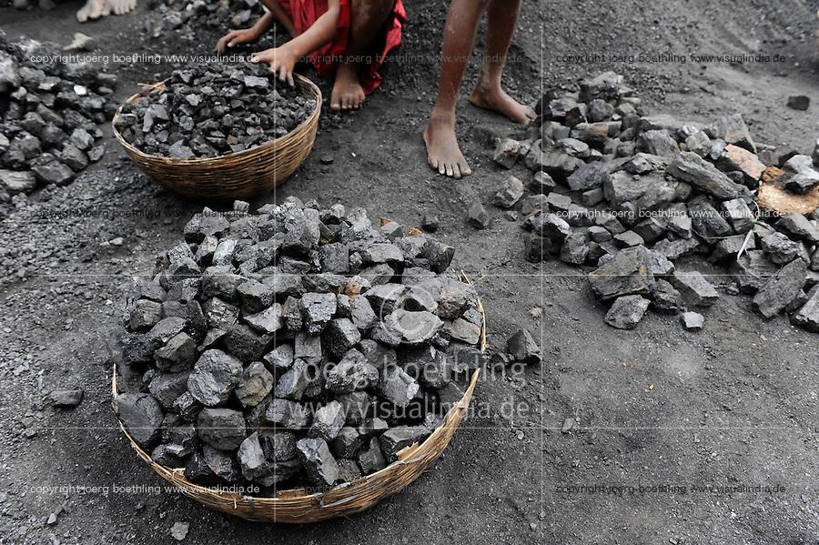 INDIEN Jharia Kinder sammeln Kohle am Rande eines offenen Kohletagebaus der BCCL Ltd zum Verkauf als Koks auf dem Markt   .INDIA Jharkhand Jharia, families and children collect coal from coalfield of BCCL Ltd. to sell after coking on the market for their  livelihood