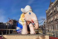 Nederland  Amsterdam   2021.  Olifant in klederdracht bij de Oude Turfmarkt. De olifant maakte deel uit van de Elephant Parade. Kooij rondvaart rederij.   Foto Berlinda van Dam / HH / ANP.