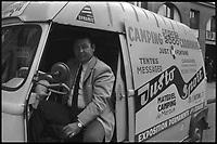 """Rue de Toulouse. 7 Juillet 1971. Vue de Just Fontaine au volant de sa camionnette de """"Justosport""""."""