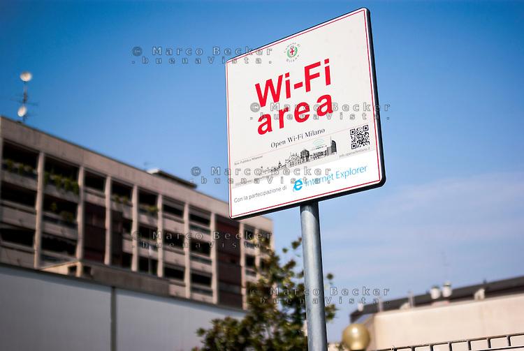 Milano, quartiere Bovisa, periferia nord. Area Open Wi-Fi Milano (Rete Pubblica Milanese) in cui è possibile l'accesso gratuito a internet senza fili --- Milan, Bovisa district, north periphery. Open Wi-Fi Milano, free wireless internet access area