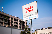 Milano, quartiere Bovisa, periferia nord. Area Open Wi-Fi Milano (Rete Pubblica Milanese) in cui è possibile l'accesso gratuito a internet senza fili --- Milan, Bovisa district, north periphery. Open Wi-Fi Milano, free wireless internet access area