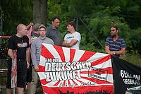 """29 Neonazis von NPD und Autonomen Nationalisten aus Berlin und Brandenburg protestieren in Berlin-Weissensee gegen eine geplante Fluechtlingsunterkunft.<br /> Aufgrund einer Auflage der Polizei durften sie nicht vor dem Gebaeude stehen, sondern mussten einige Meter weiter vor einem Brachgelaende Aufstellung nehmen.<br /> Ca. 100 Menschen protestierten gegen die Neonazi-Kundgebung.<br /> Bild Mitte: Kundgebungsanmelder Uwe Meenen, wegen Volksverhetzung verurteilte NPD-Kader (links) zusammen mit Christian Schmidt, Freie Nationalisten und Junge Nationaldemokraten (rechts).<br /> 1.vl.: Romano Subke, Neonazi aus Hellersdorf, mit T-Shirt """"Weisse Woelfe Terrormachine"""".<br /> 9.8.2014, Berlin<br /> Copyright: Christian-Ditsch.de<br /> [Inhaltsveraendernde Manipulation des Fotos nur nach ausdruecklicher Genehmigung des Fotografen. Vereinbarungen ueber Abtretung von Persoenlichkeitsrechten/Model Release der abgebildeten Person/Personen liegen nicht vor. NO MODEL RELEASE! Don't publish without copyright Christian-Ditsch.de, Veroeffentlichung nur mit Fotografennennung, sowie gegen Honorar, MwSt. und Beleg. Konto: I N G - D i B a, IBAN DE58500105175400192269, BIC INGDDEFFXXX, Kontakt: post@christian-ditsch.de<br /> Urhebervermerk wird gemaess Paragraph 13 UHG verlangt.]"""