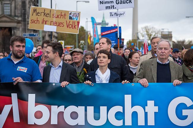 """Bis zu 2500 Anhaenger der Rechtspartei """"Alternative fuer Deutschland"""" (AfD) versammelten sich am Samstag den 7. November 2015 in Berlin zu einer Demonstration. Sie protestierten gegen die Fluechtlingspolitik der Bundesregierung und forderten """"Merkel muss weg"""". Die Demonstration sollte der Abschluss einer sog. """"Herbstoffensive"""" sein, zu der urspruenglich 10.000 Teilnehmer angekuendigt waren.<br /> Mehrere tausend Menschen protestierten gegen den Aufmarsch der Rechten und versuchten an verschiedenen Stellen die Route zu blockieren. Gruppen von AfD-Anhaengern wurden von der Polizei durch Einsatz von Pfefferspray, Schlaege und Tritte durch Gegendemonstranten, die sich an zugewiesenen Plaetzen aufhielten, zur rechten Demonstration gebracht. Zum Teil wurden sie von Neonazis-Hooligans dabei angefeuert. Dabei kam es zu Verletzten, mehrere Gegendemonstranten wurden festgenommen.<br /> Im Bild vlnr. ab 2.vl.:  Marcus Pretzell, AfD-Landesvorsitzender NRW; Frauke Petry, AfD-Vorsitzende; Alexander Gauland, AfD-Landesvorsitzender Brandenburg.<br /> 7.11.2015, Berlin<br /> Copyright: Christian-Ditsch.de<br /> [Inhaltsveraendernde Manipulation des Fotos nur nach ausdruecklicher Genehmigung des Fotografen. Vereinbarungen ueber Abtretung von Persoenlichkeitsrechten/Model Release der abgebildeten Person/Personen liegen nicht vor. NO MODEL RELEASE! Nur fuer Redaktionelle Zwecke. Don't publish without copyright Christian-Ditsch.de, Veroeffentlichung nur mit Fotografennennung, sowie gegen Honorar, MwSt. und Beleg. Konto: I N G - D i B a, IBAN DE58500105175400192269, BIC INGDDEFFXXX, Kontakt: post@christian-ditsch.de<br /> Bei der Bearbeitung der Dateiinformationen darf die Urheberkennzeichnung in den EXIF- und  IPTC-Daten nicht entfernt werden, diese sind in digitalen Medien nach §95c UrhG rechtlich geschuetzt. Der Urhebervermerk wird gemaess §13 UrhG verlangt.]"""