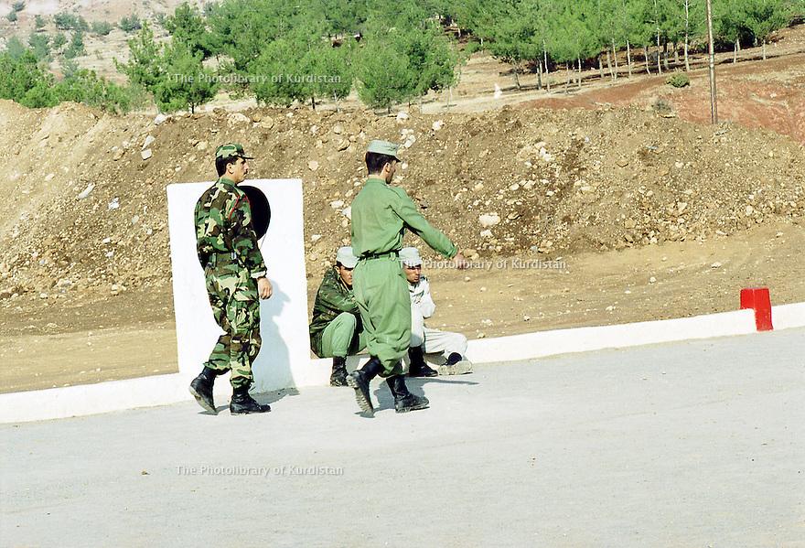 Irak 2000  Entrainement militaire à Zawita.<br /> Iraq 2000  Military training in Zawita