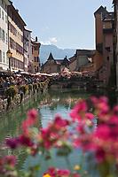 Europe/France/Rhône-Alpes/74/Haute-Savoie/Annecy: le Quai de l'Evéché un jour de marché , vieilles maisons sur le Thiou et le Palais de l'Ile