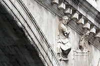 Sculture di pietra sul Ponte di Rialto a Venezia.<br /> Stone sculptures on the Rialto Bridge in Venice.<br /> UPDATE IMAGES PRESS/Riccardo De Luca