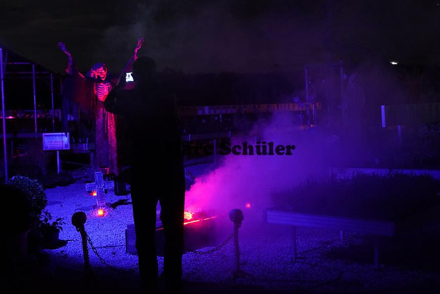 Besucher machen Aufnahmen von den einzelnen Stationen des Halloween Spukgartens - Mörfelden-Walldorf 31.10.2020: Hixacrels Spukgarten