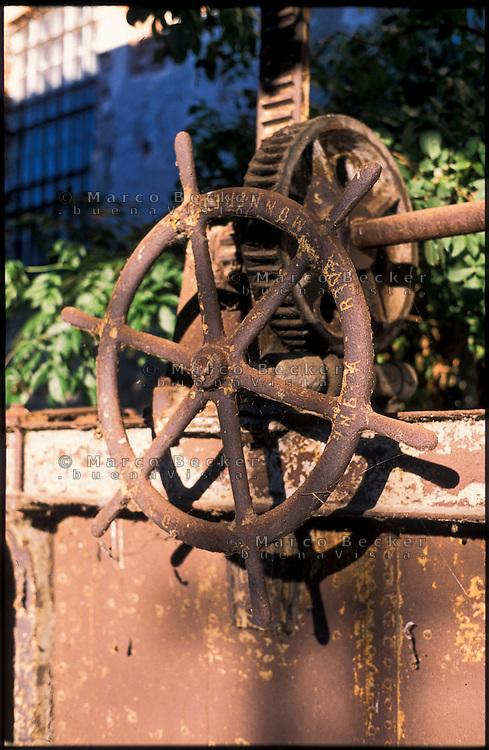 Rozzano (Milano), vecchia filanda sul Naviglio Pavese. Ruota di regolazione di una presa --- Rozzano (Milan), old spinning mill on the canal Naviglio Pavese. Control wheel of a lock