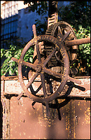 Rozzano (Milano), vecchia filanda sul Naviglio Pavese. Ruota di regolazione di una presa --- Rozzano (Milan), old spinning mill on the canal Naviglio Pavese. Control wheel of a lock