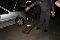 SÃO PAULO, SP, 05/12/2011, CAPTURA COBRA EM SHOPPING.<br /> <br /> Uma cliente ao parar o veiculo no estacionamento do Shopping Metro Boulevart Tatuape, percebeu que algo estava errado.<br />  Após uma breve avaliação, percebeu que havia uma cobra em seu veiculo, a segurança do shopping agiu prontamente isolando a área e chamando os Bombeiros, que capturaram o animal peçonhento.<br /> <br /> Luiz Guarnieri/ News Free.<br /> <br /> OBS- Só mandei para a AE