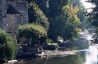 Europe/France/Ile-de-France/77/Seine-et-Marne/Moret-sur-Loing: détails de maisons et moulins sur les bords du Loing