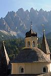 Italy, South Tyrol, Alto Adige, Dolomites, Val Pusteria, San Candido: Ausserkirchl church - 3 together built chapels, Punta Tre Scarperi mountains