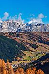 Italien, Suedtirol (Trentino - Alto Adige), oberhalb Kolfuschg, Blick vom Groednerjoch ueber Kolfuschg und das Gadertal zum Piz Lavarela und Piz Cunturines im Naturpark Fanes-Sennes-Prags   Italy, South Tyrol (Alto Adige - Trentino), above Colfosco: view from Passo Gardena across Colfosco and Val Badia towards summits Piz Lavarela and Piz Cunturines in Fanes-Sennes-Prags Nature Park