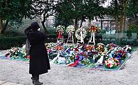 Nederland  Amsterdam   2021.  Jaarlijkse Auschwitzherdenking in het Wertheimpark. Vrouw maakt foto van de bloemen op het spiegelmonument van Jan Wolkers.  Foto Berlinda van Dam / HH / ANP.