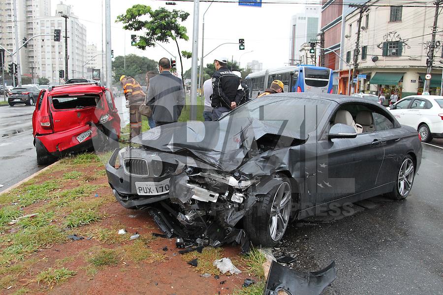 SÃO PAULO,SP, 01.06.2015 - ACIDENTE-SP - Acidente de trânsito envolvendo dois veículos na avenida Tiradentes, 840 na região central de São Paulo, nesta segunda-feira, 01. (Foto: Luiz Guarnieri/Brazil Photo Press)
