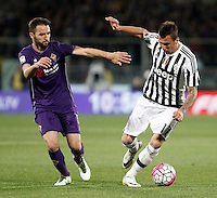 Calcio, Serie A: Fiorentina vs Juventus. Firenze, stadio Artemio Franchi, 24 aprile 2016.<br /> Juventus' Mario Mandzukic, right, is challenged by Fiorentina's Milan Badelj during the Italian Serie A football match between Fiorentina and Juventus at Florence's Artemio Franchi stadium, 24 April 2016. <br /> UPDATE IMAGES PRESS/Isabella Bonotto