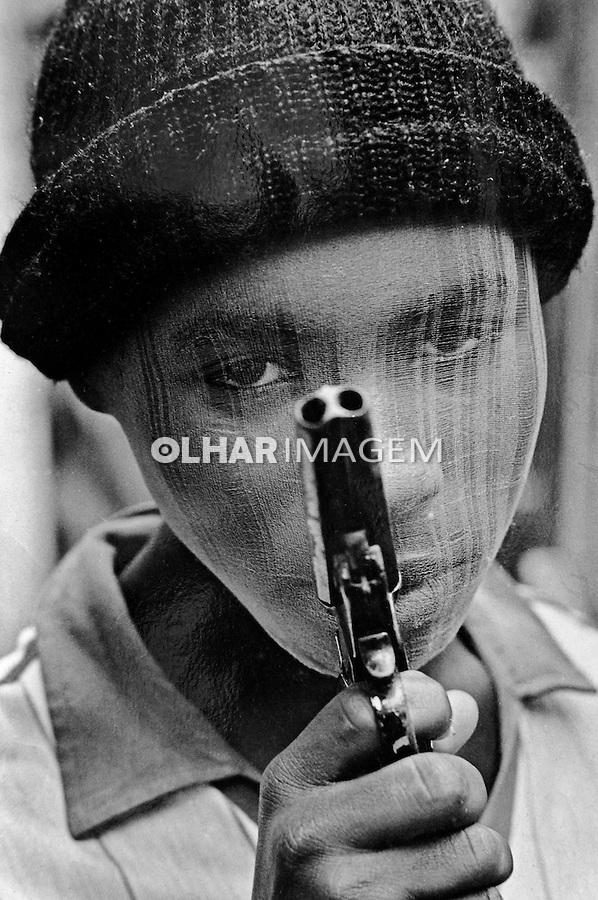 Adolescente assaltante, favela da Mangueira. Rio de Janeiro. 1984. Foto de Cynthia Brito.