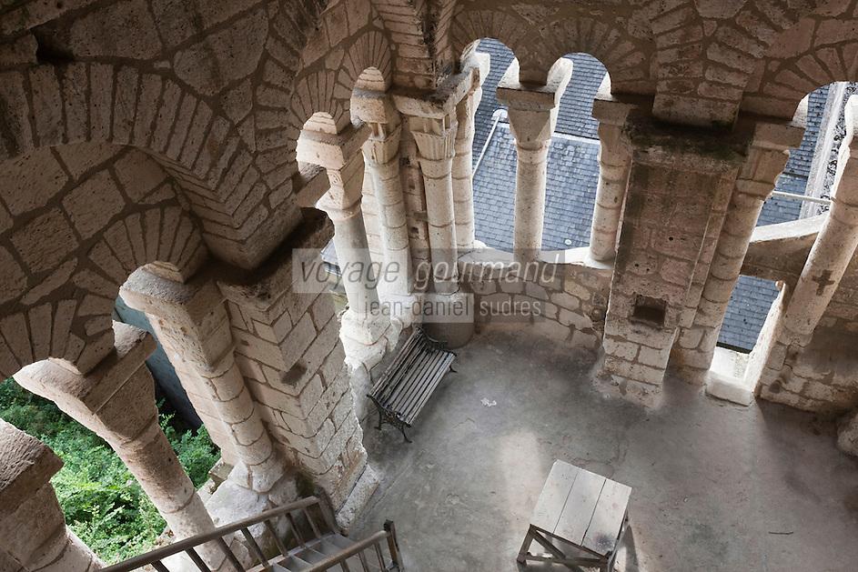Europe/France/Aquitaine/24/Dordogne/Brantome: <br /> L'abbaye Saint-Pierre de Brantôme est une ancienne abbaye bénédictine  Intérieur du  clocher de l'église abbatiale (XIe siècle)  C' est certainement le plus ancien campanile de France. Il a, en outre, la particularité d'être bâti non sur l'église mais sur le surplomb rocheux de 12 mètres de hauteur qui la domine.