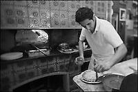 Europe/France/Provence-Alpes-Côte d'Azur/13/Bouches-du-Rhône/Marseille:Préparation de la pizza chez  Mme Rose au Restaurant Chez Vincent, 25, rue Glandevès [Non destiné à un usage publicitaire - Not intended for an advertising use]