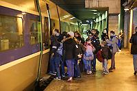 - LANCEMENT DE LA CAMPAGNE 'VACANCES POUR TOUS 2016' DU SECOURS POPULAIRE A LA GARE MONTPARNASSE A PARIS - A L'OCCASION LES ENFANTS DU SECOURS POPULAIRE EMBARQUENT DANS UN TGV POUR UN SEJOUR A L'ILE DE RE