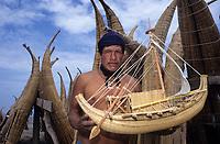 Amérique/Amérique du Sud/Pérou/Env de Chiclayo/Pimentel : Nicolas Galau et la maquette du bâteau de l'expédition aux Galapagos