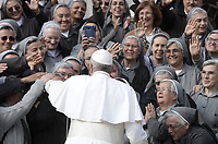 Papa Francesco arriva all'udienza generale del mercoledi' in Piazza San Pietro, Citta' del Vaticano, 31 ottobre, 2018.<br /> Pope Francis arrives to lead his weekly general audience in St. Peter's Square at the Vatican, on October 31, 2018. UPDATE IMAGES PRESS/Isabella Bonotto<br /> <br /> STRICTLY ONLY FOR EDITORIAL USE