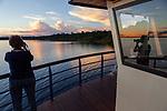 Navigation sur le Rio Negro au nord de Manaus sur le bateau de croisière La Jangada<br /> archipel des Anavilhanas. Devant nous plus de 2000 km de fleuve pour rejoindre le Venezuela et les Andes ou le Rio Negro prend sa source au Pico da Neblina (3014m)