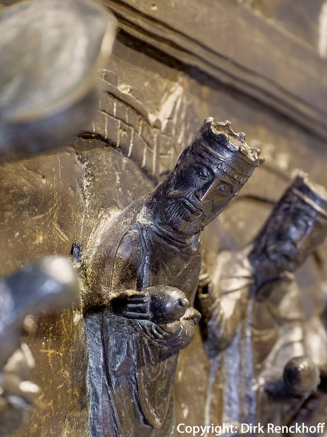 mittelalterliche bronzene Bernwardtür im Mariendom, Hildesheim, Niedersachsen, Deutschland, Europa, UNESCO Weltkulturerbe<br /> medieval bronzen Bernward door, Cathedral of St. Mary Hildesheim, Lower Saxony, Germany, Europe, UNESCO Heritage Site