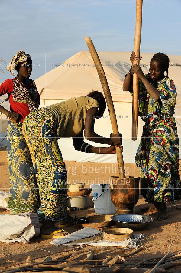 BURKINA FASO Djibo , malische Fluechtlinge, vorwiegend Tuaregs, im Fluechtlingslager Mentao des UN Hilfswerks UNHCR, sie sind vor dem Krieg und islamistischem Terror aus ihrer Heimat in Nordmali geflohen / BURKINA FASO Djibo, malian refugees, mostly Touaregs, in refugee camp Mentao of UNHCR, they fled due to war and islamist terror in Northern Mali, women prepare food - WEITERE MOTIVE ZU DIESEM THEMA SIND VORHANDEN!! MORE PICTURES ON THIS SUBJECT AVAILABLE!!